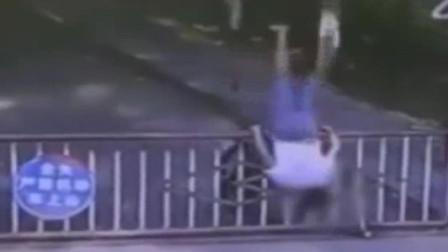 """男子骑车撞栏杆360度""""前空翻"""" ,一旁大爷看呆了"""