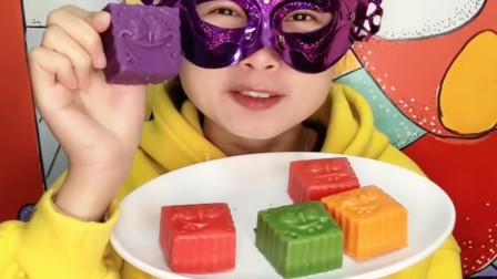 """小姐姐试吃""""海绵宝宝表情包巧克力"""",搞怪逗人笑,好吃又开心"""