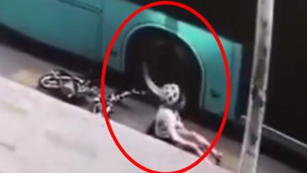 一女子骑电动车遭后方公交车碾压 女子小腿受伤流血