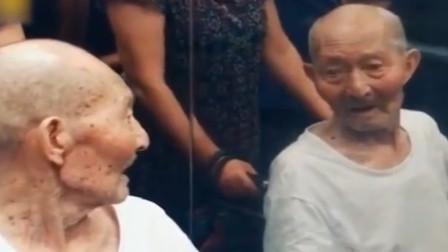 91岁老大爷记得去医院看女儿,却认不到镜中的自己。老人的话令人心酸