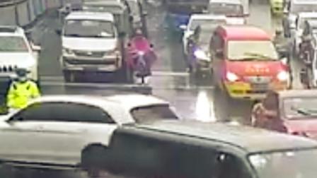 【重庆】暖心一幕!民警冒雨执勤路过司机给他抛出一把伞