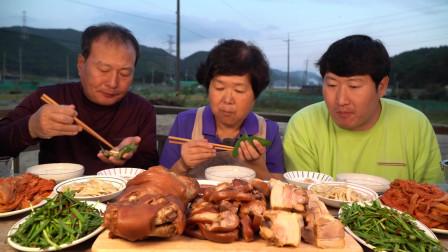 韩国农村家庭的一顿饭,今天吃猪腿肉,一家人吃得真香啊!
