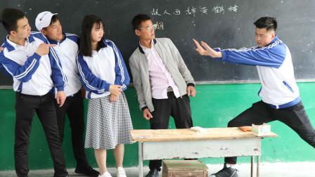 笨蛋学生找老师单挑,使出降龙18掌,没想老师学的是中国功夫
