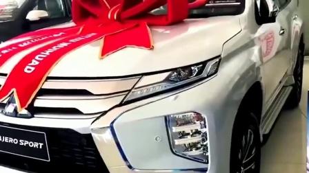 2020款三菱大7座SUV脱颖而出, 朝后备箱踢一脚, 我忘了丰田普拉多