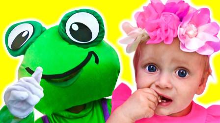 小萌宝扮演公主与青蛙,但是发生了啥,她表情竟然这么吃惊?