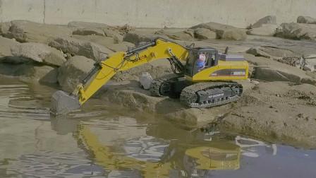 乔治在河边玩挖掘机