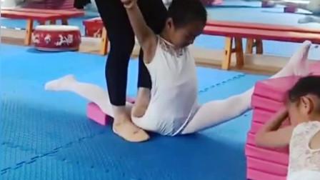 舞蹈基本训练:舞蹈老师给小女孩踩胯,隔着屏幕都觉得疼,看完眼泪都出来了
