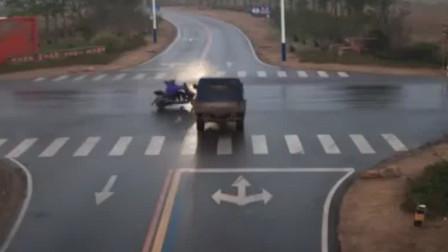 和县:教训! 男子骑车闯红灯被撞飞