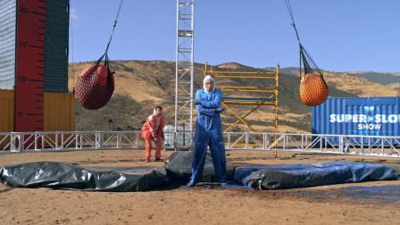 40斤水球做成的傅科摆,蕴含的力量有多大?看老外下场就知道!