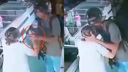盗亦有道!巴西老妇遇持枪劫匪主动交钱 劫匪拒收轻吻额头安慰