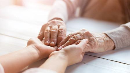 不看学历看能力:养老护理员从业无学历要求