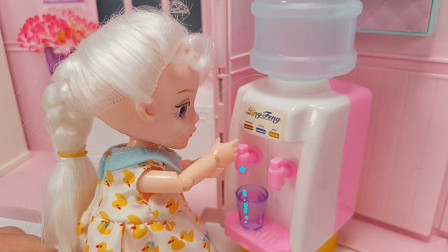 芭比公主玩具故事 小芭比口渴到饮水机倒水喝不小心烫到手