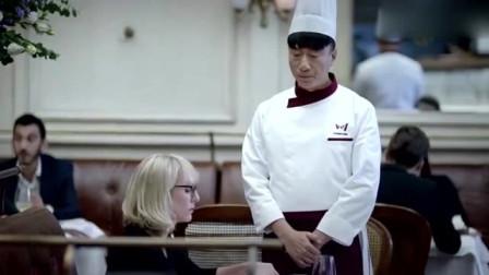 男子用方便面调料做菜,征服外国专家!