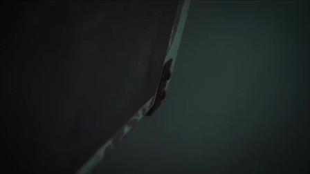 恐怖浴室:神秘男恶作剧被男子紧追不舍,引发翻车