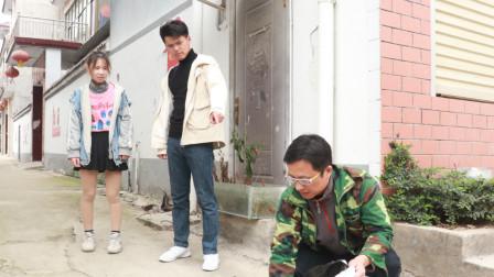 儿子带女友回家,看到路边捡垃圾的父亲,女友的做法让人感动
