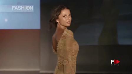 肤色镂空针织短裙,被模特穿出紧身效果
