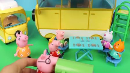 小猪佩奇旅行车与游乐场的玩具故事
