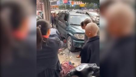突发!桂林荔浦一越野车冲向公交站台 致1死11伤