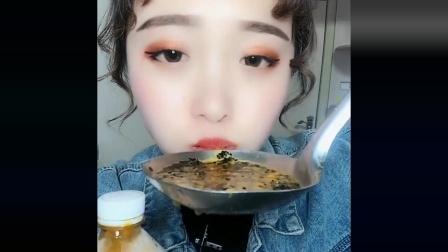 声控吃播小姐姐:今天喝百香果酱,一口嘎嘣脆真是幸福的感觉!