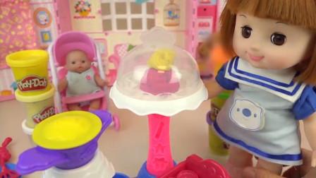 咪露娃娃用粉色和黄色橡皮泥做了一个漂亮的小蛋糕呢,太棒啦