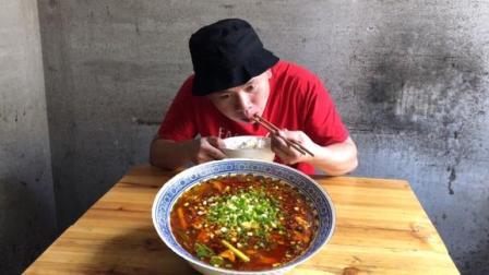 """四川农村教你""""水煮肉片""""家常做法,麻辣十足,看着吞口水"""