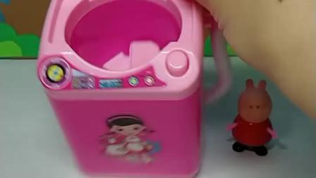 宝宝喜欢玩玩具:佩奇把爸爸的球服洗成粉色的了