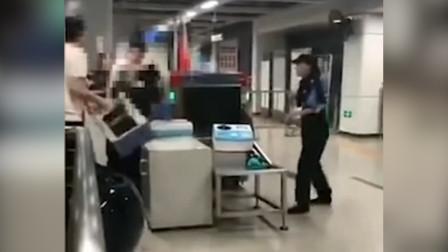 深圳地铁两男子拒不接受安检 抡起凳子暴打安检员 警方介入
