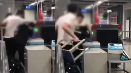 深圳地铁两男子拒绝安检 抡起凳子暴打安检员