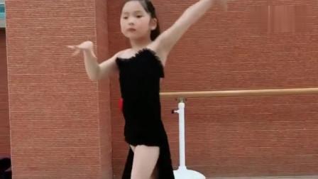 小女孩跳拉丁舞!看看这舞姿牛不牛!