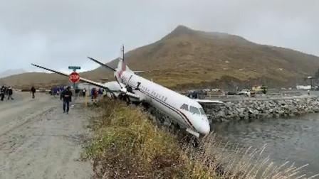 美国一架客机在阿拉斯加州冲出跑道 致1人死亡