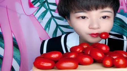 吃播大胃王:小姐姐一口一个小番茄吃得太过瘾了,看着都让人很有食欲啊!