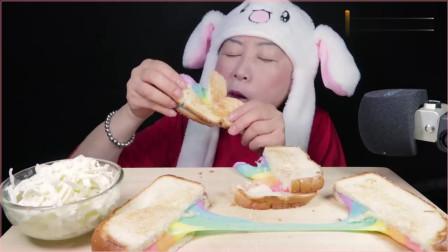 《韩国农村美食》吃彩虹芝士烤面包,发出清晰的咀嚼声,牙齿真好。