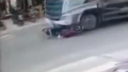 广西:男子车轮下死里逃生 监控拍下惊险一幕