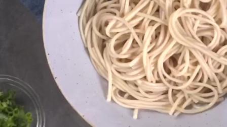 武汉伢过早最少不了这碗面,用碱水面加酸豆角才地道!