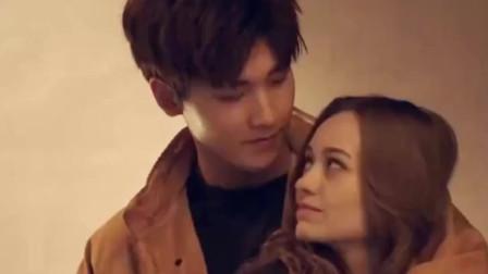 成功完成拍摄任务,帅男模激动奔向女友,接下来小情侣高甜拥抱