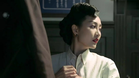 """伪装者 :明楼急着和汪曼春亲热,却被汪曼春一把推到了门外,""""别闹!"""""""