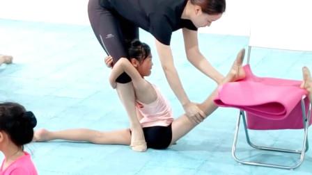 芭蕾舞日常訓練:基本功訓練壓腿,小女孩哭的好傷心,這是真的痛