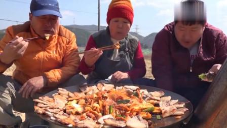 韩国农村一家人:万能的辣白菜炒蘑菇,再配上现烤的五花肉,这顿饭兴森吃得很高兴
