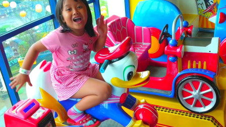 超开心!你也跟萌宝小萝莉一样最喜欢到游乐园玩摇摇车吗?趣味玩具故事