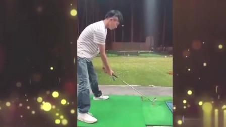 家庭幽默录像:打高尔夫球一杆下去,球还在,球托不在了?哈哈