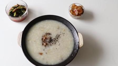 韓國農村美食鮑魚切片熬粥配上酸辣爽口的黃瓜片很爽口