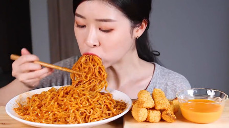 """韩国小姐姐吃播挑战""""泡面+炸鸡+生鸡蛋"""",看完馋死人了!"""