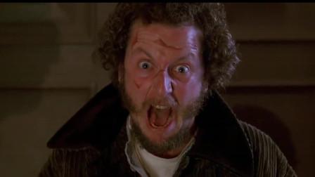 小鬼当家2:笨贼用力拽绳子,却被里面的钉枪击中屁股,太搞笑了