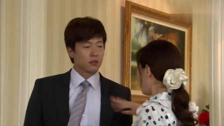 世贤刚把老婆扑倒,两人刚想亲热,没想到大姐冲进来坏了两人好事