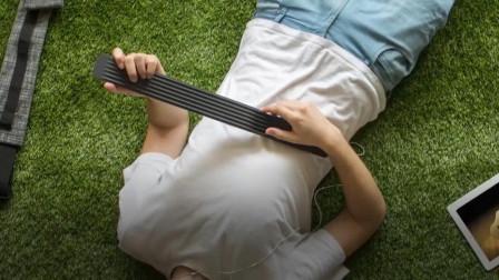"""设计师打造的""""木棍吉他"""",不仅携带方便,还不走音、不断弦"""