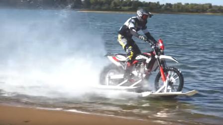 雪地摩托车竟然可以在水面上滑行,不可思议的造作,太炫酷了!