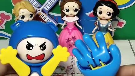 宝宝喜欢玩玩具:三位公主要给小朋友们送礼物了