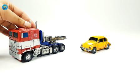 变身玩具车,混泥土卡车和黄色小轿车组装成机器人玩具,儿童玩具亲子互动