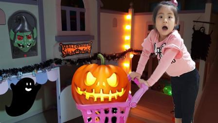 小萝莉制作万圣节玩具真开心!