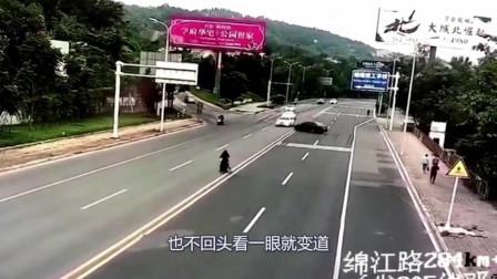 黑色轿车躲避电动车,蛇形走位连撞三车,这女子真是作死